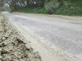 Bordi della strada impraticabili a causa del fango