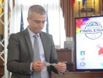 Il sindaco di Martinsicuro Paolo Camaioni, durante i sorteggi