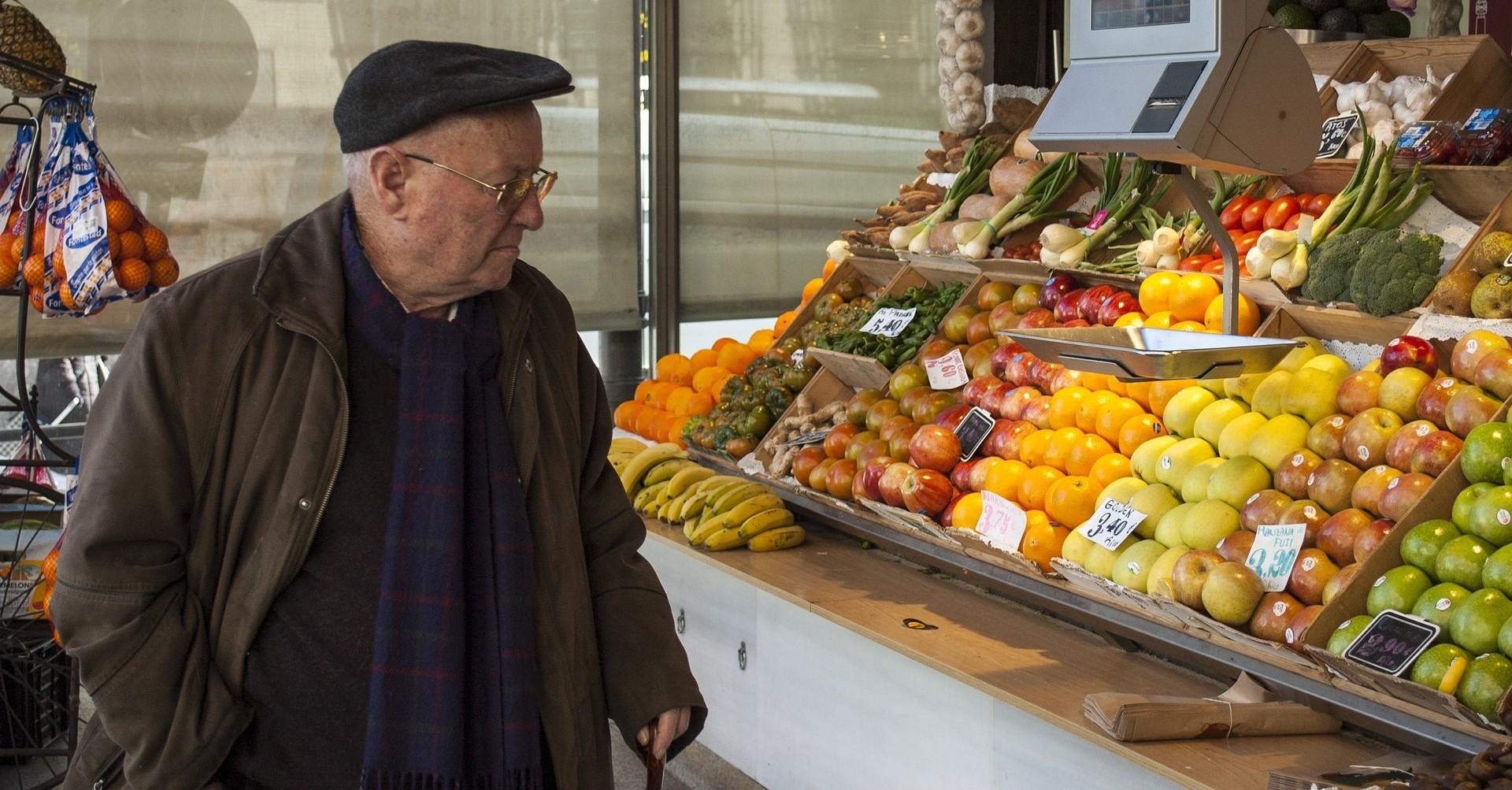 Un anziano mentre fa la spesa