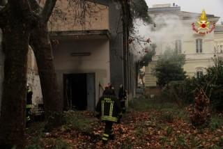 Vigili del fuoco durante l'intervento in via Saffi