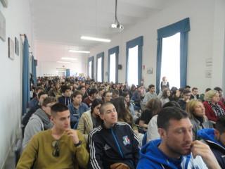 l'aula magna gremita di studenti