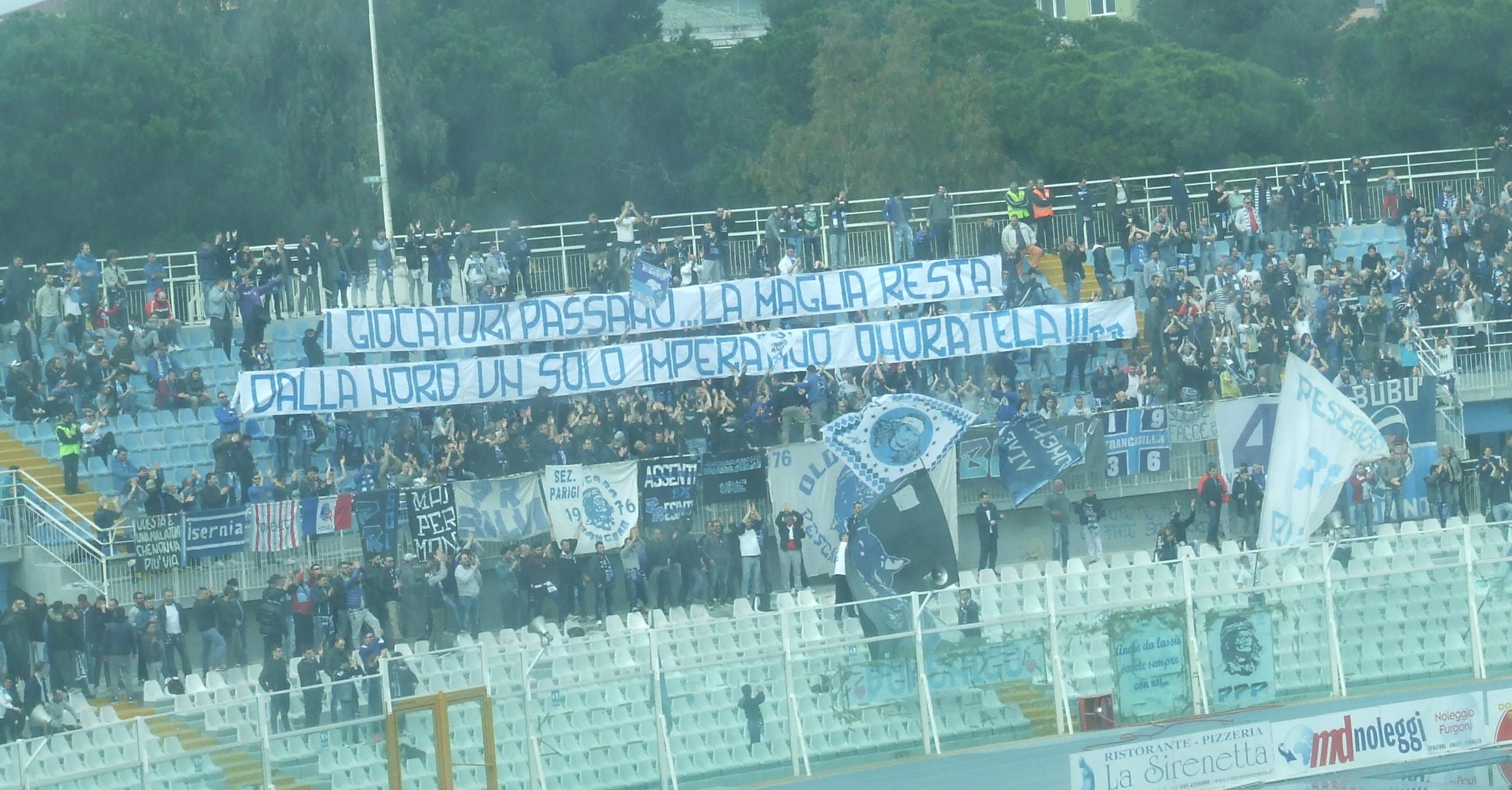 I tifosi del Pescara, espongono uno striscione