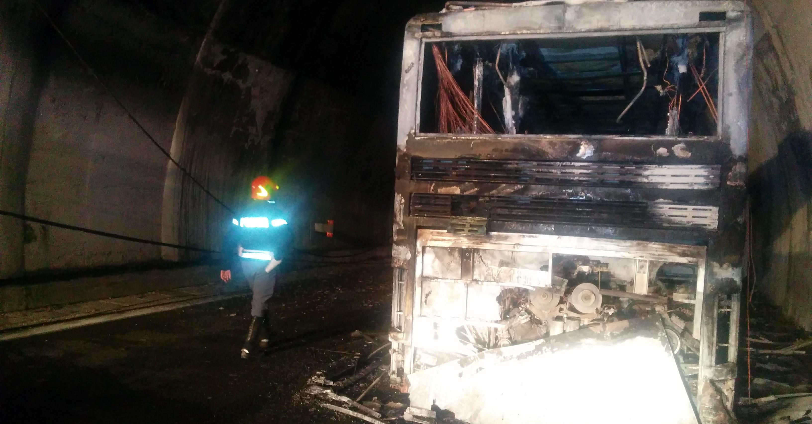 Pullman in fiamme al traforo del Gran Sasso