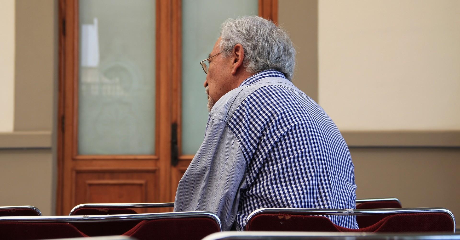 Un anziano in sala d'attesa