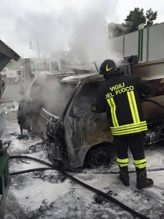 Tre mezzi di Attiva in fiamme
