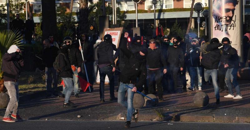 Napoli, scontri al corteo anti-Salvini. Foto Ansa