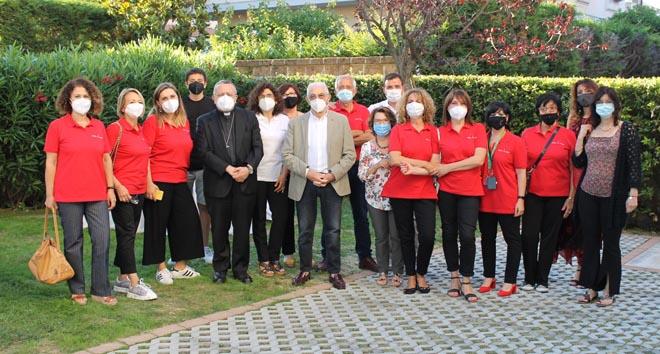 volontari dell'Ail con il presidente Cappuccilli al centro e l'arcivescovo di Pescara Valentinetti